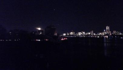 A destra Boston, a sinistra la luna sovrasta gli edifici spenti dell'MIT. In mezzo, tra le due città, scorre il Charles River